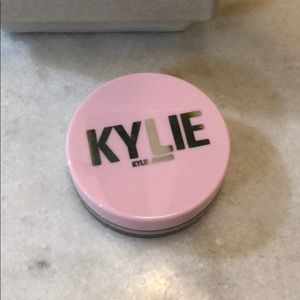 Kylie Cosmetics setting powder in yellow 💛